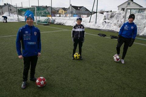 FOTBALLSTART: Fra venstre Georg Borthen Følstad (11), Patrick Salmi Berg (10) og Isak Greiner Olsen (12), gleder seg til å spille fotball igjen. Det blir foreløpig ikke spill, men trening på teknikk og skudd.