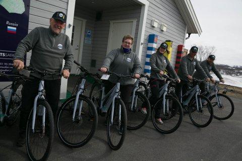 GRØNT: Hans Hatle, Nicole Merten, Stine Heimtoft, Ken Mathisen og Klaus Berge i Barents Safari tenker på sommeren og de tenker grønt. Med nyinnkjøpte el-sykler er de klare til å ta i mot sommerturistene.