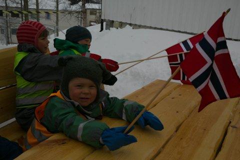 IVER: Når barnehagen får nye møbler etter at de gamle er blitt ødelagt, er det lov å rope hurra. Iver Olsen (4). I bakgrunnen jubler også Iver Uglem (5) og Emil Sjøkvist (5).