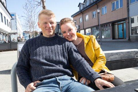 FINT: Mikkel Anders Kemi og Ida Holm Hansen nøt fridagen fredag i sola i Kirkenes.