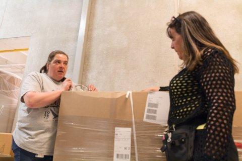 PALLER: Christel Geissler (t.v) og Ann-Kristin Emanuelsen viser fram to paller med vitaminer som mest sannsynlig må sendes tilbake fra lageret.