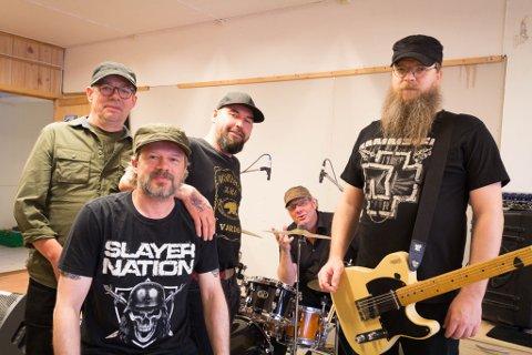 FEM FULLE MENN: Bandet hadde jubileeum i fjor, men fikk aldri muligheten til å spille. Nå kan kirkenesværingene endelig få oppleve live-musikk.