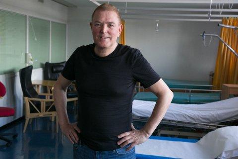 VELKOMMEN: Daglig leder Oddvar Kvalsvik ønsker velkommen til Barentsklinikken på gamle Kirkenes sykehus.
