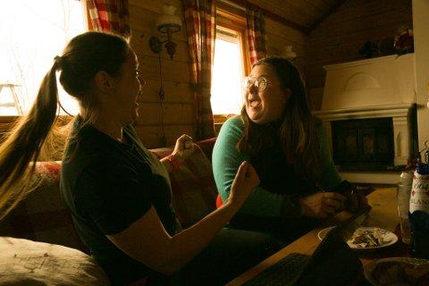 JAAAAA!: Trine og Miriam har nettopp fått vite at de har fått jaktvald i 2020 også.