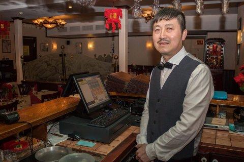 NY EIER: Surf and Turf i Kirkenes får ny eier, Guochai Li Cai. Han driver også Shang Hai restaurant som ligger like over gata.