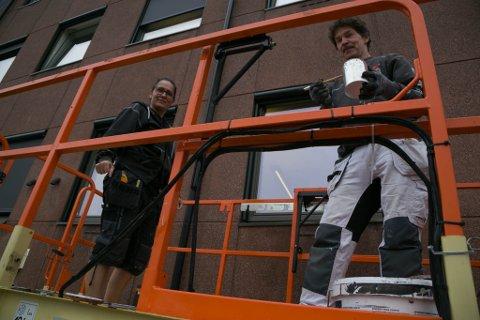 KLARE: Sandra Guerra Randa og Vladimir Zubairov ved Fiskebeck Håndverk er klare til jobben i veggen på rådhuset i Kirkenes.