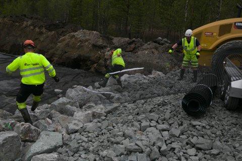 FORBEDRINGER: Bjørn Olav Orseth, Morten Ihler og Tony Hivand i Bjørnevatn Maskin sørger for at veien gjennom Pasvikdalen blir litt bedre for hver dag som går.