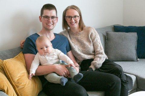 NYINNFLYTTET: Marie, Knut Olav og lille Johan Sommernes, nyinnflyttet i Mennaveien på Sandnes.