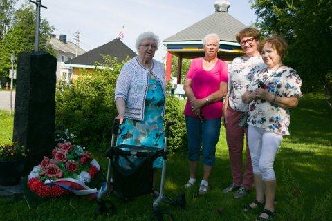 VENNER: Inger , Marie, Wenche og Elin ser tilbake på de siste 30 årene med stor glede.