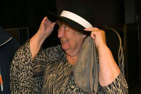 PÅ MED HATTEN: Elsa Magdalena Ingilæ Haldorsen setter på hatten for første gang.