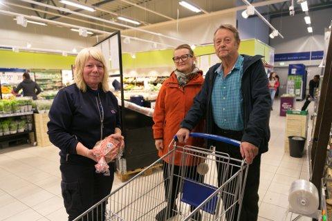 HJELP: Rema 1000 og daglig leder Britt Marie Gade ville gjerne hjelpe Kafe Ro med de frivillige, Anita Uglem og Tor Arne Johansen med mat.