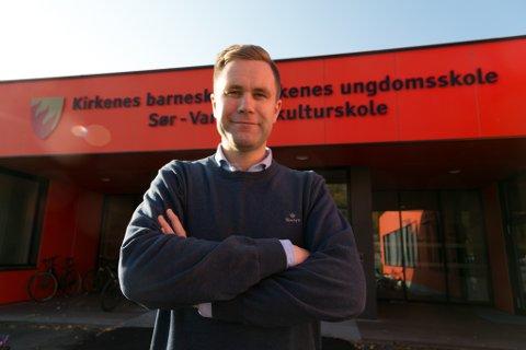 STIGENDE: Espen Bruer er nå ferdig med sin master i ledelse og mener den gjør han til en bedre øverste leder ved Kirkenes ungdomsskole.