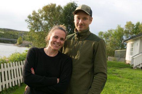 KLARE FOR JAKT: Christell Seljesether og Dag Stian Johnsen er alltid klare for å oppdra irskse settere til å bli gode jakthunder og championer.