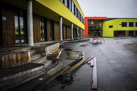 FORSKYVNING: Bakken rundt Kirkenes skole og stadion like ved har sunket de siste årene.
