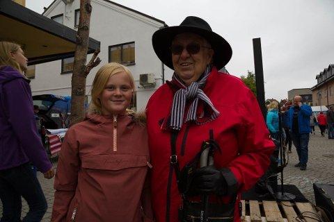 IKKE JARFJORDING: Evelyn Olsen Lid (86), her med oldebarnet Malin (12), vil helst ikke bli kalt jarfjording, men jakobsnesing.