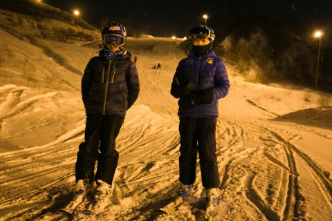 GLAD: De har ventet lenge med å fått bruke skiutstyret sitt, Axel Andreassen (11) og Noa Labahå (11) fra Sandnes. Nå er slalåmskiene på.