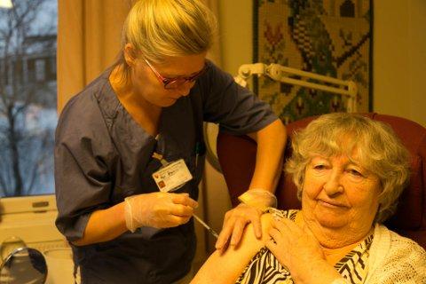11:20: Klokken er ti på halv tolv og Virpi Puhäjärvi setter den første vaksinesprøyta i armen til Thora Wosnitza.