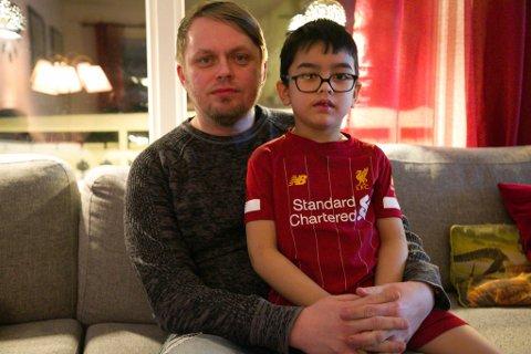 OPPGITT: Stian Alexander Jørgensen med sin seks år gamle sønn, William. Stian er oppgitt over at eiendomssaken har tatt så lang tid.