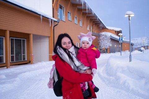 HESSENG: På Hesseng flerbrukssenter er det nå åpnet barnehage igjen. Her er Tuva (1) sammen med mamma Kine Krog Jakobsen (26).