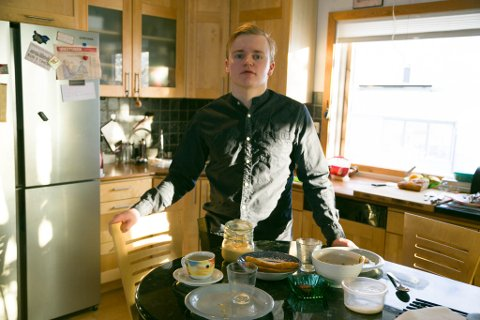FROKOST: Tobias Gabrielsen laget frokost til intervjuet med Kirkenesby onsdag morgen.