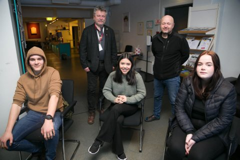 FLYTTER: Emil Danielsen, Marita Bugge og Polina Peretyatko, sammen med fungerende ordfører Pål K. Gabrielsen og enhetsleder for kultur, Harald Sørensen.