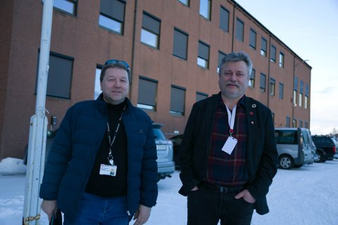 SOLCELLEPANEL: Daglig leder Arnfinn Mentyjærvi i Varanger Kraft Entrepenør og fungerende ordfører Pål K. Gabrielsen foran rådhuset i Kirkenes, som snart kan få solcellepanel på tak og vegger.