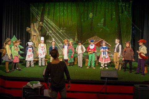 Travel øving: Instruktør Camilla Skjerven Langlo og de ivrige skuespillerne øver på de siste detaljene før torsdagens premiere.  Foto: Ole Haagenrud