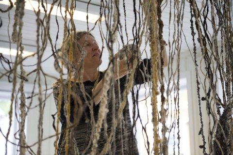 I GANG: Anne Karin Jortveit er i full sving med å installere sin kunst i Kirkegata. Foto: Ole Haagenrud