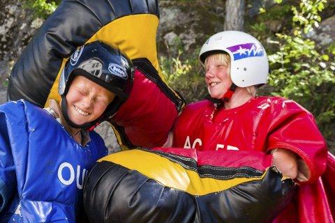 Knock Out: Aron Gundersen (12) og Dennis Gundersen Johansen (11) sparer ikke på noe og denger løs på hverandre i overdimensjonerte drakter og hansker.Begge foto: Juni Wendelin Fasting