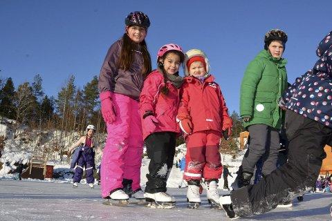 Fikk kusinehjelp: Mia Celina Kristoffersen (6) synes det er godt å få hjelp av kusina si Mina Victoria Nilsen (11) når hun prøver skøyter for første gang. Julie Linnea Grøgaard Landvik (6) har stått to ganger før.