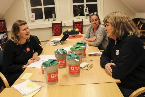 Tok i mot bøssebærere: Hos Røde Kors på Bråten kom bøssebærerne med bøsser for kontrollering, før de ble sendt videre til banken for telling. Disse damene satt klare til å ta i mot de hardtarbeidende bøssebærerne.