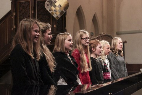 Satte stemningen: Kragerø Jentekor hadde øvd inn flere julesanger til den store julegudstjenesten.