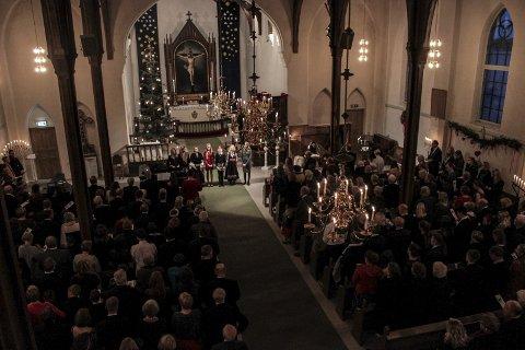Glade jul: Gudstjenesten ble åpnet med fellessang og prosesjon av Kragerø Jentekor.