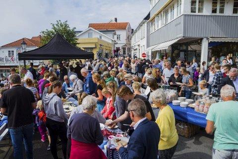 FULLT: Jens Lauersøns plass var stappfull av mennesker som ville delta i feiringen og spise gratis frokost.