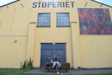 FLYTTET BAREN: Bareier og bartender Misgina Ghebremeskel fra Kragerø lager «hjemmefest» på Angst bar under Slottsfjellfestivalen i Tønsberg. (Foto: Mari Mjaaland)