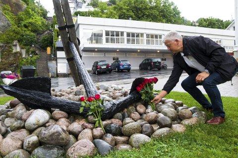Minnes: – Det er en veldig spesiell dag. Jeg kjenner den konkrete følelsen ved å tenke på de menneskene vi mistet, men får samtidig den gode følelsen rundt måten vi håndterte det på med blomster i stedet for hevn, sier Kragerø-ordfører Jone Blikra (Ap).