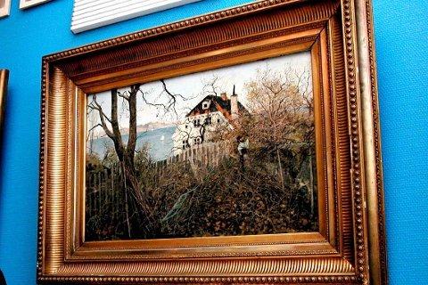 HER HANG DET: Thaulows maleri av Rendtlergården, som for noen år tilbake ble taksert til 850.000 kroner, hang fram til for kort tid siden på veggen i kommunestyresalen i Kragerø rådhus.
