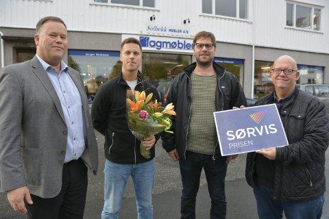 Finalist klar: Per Tore Jensen fra Sparebanken Sør, Sindre og Audun Solbekk fra Solbekk møbler og KVs Nico Jørgensen med beviset for at møbelforretningen fikk flest stemmer i andre avstemningsrunde om å vinne årets Sørvispris.