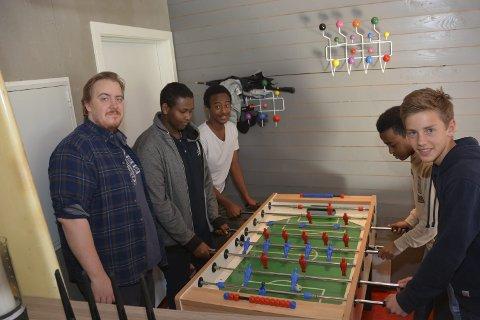 Populær møteplass: Magnus Wærstad Mindrebø (f.v.), Abdifatah Warsame, Hamza Hussein, Natnael Yemane og Filip Rønningen Jørgensen besøker ofte Kafé Multi.