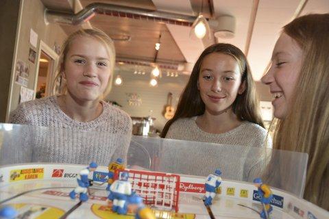 Kanskje vi treffer noen? Sara Aubell Ahlgren (t.v.), Ingrid Sveberg Risøy og Alicja Banasiak håper å treffe «noen» når de skal på Kafé Multi i høstferieuka.