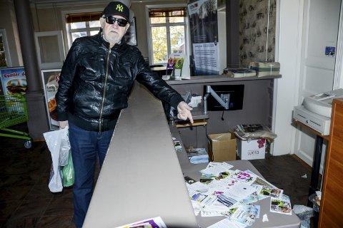 Søppel: – Dette kan ikke Kragerø kommune være bekjent av, sier Namik Cehajic og peker på alt søppelet som ligger utover bak skranken der det tidligere var turistinformasjon. Slik har det vært siden i sommer.