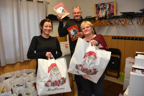 DELER UT: Cathrine Haugland (t.v.), Eli Anne Strand og Runar Engebretsen har fylt 150 poser med god julemat. FOTO: PER ECKHOLDT