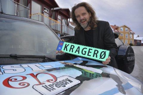 Lykkelig: Selvoppnevnt turistsjef i Kragerø, Thomas Bakkerud, er lykkelig over å ha fått «Kragerø» som personlig bilskilt.