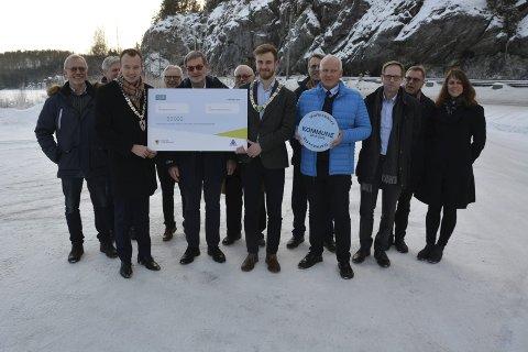 Trafikkfokus: Sentrale personer da Drangedal kommune fikk godkjenning som fylkets tredje trafikksikre kommune. Det vanket også 50.000 kroner fra Telemark fylkeskommune.