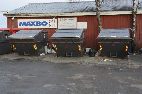 Flyter: Søppelet flyter utenfor de store søppelkonteinerne ved Maxbo på Jernbanekaia.