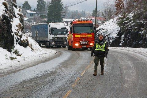 Politibetjent Ida Bohlin dirigerte trafikk. Det var et vogntog fra Litauen som satt fast og trengte bergingshjelp
