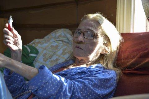 Avhengig: Kolspasient Hildegunn Brekka ble livredd da strømmen forsvant mandag. Hun er totalt avhengig av strøm til sin oksygenkonsentrator, en slags pustemaskin, slik at hun får nok oksygen til lungene.