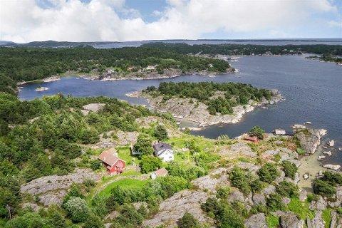 TIL SALGS: Dønnevik gård på Skåtøy ligger nå ute for salg til 29 millioner kroner. Megleren har allerede merket interesse for eiendommen. Foto: Nordvik og Partners