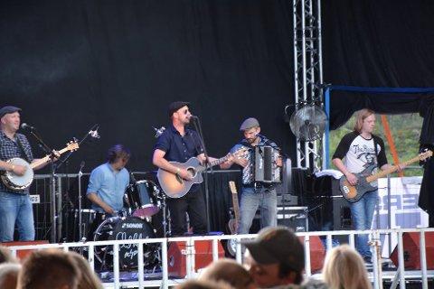 FØRST: The Rusty Roots Band var aller første band på scenen, og selv om det var enkelt å finne seg sitteplass en time ut i festivalen, var det god stemning blant festivalpublikumet.