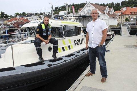 FARTSGRENSER: Politioverbetjent Terje Sandik og havnefogd Svein Arne Walle ber båtførerne huske på områdene med 30 og fem knops fartsgrense.